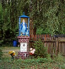 Garden, picture stick, Marie likenesses,  summer,   Poland, Masuren, garden fences, column, Betsäule, statue, saint figures, Marie figure, Marie statu...