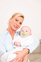 Woman, blond, baby, smiles holds, semi-portrait, series, people, 30-40 years, mother, gaze camera beauty nicely, attractively, kindly, cheerfully, mot...