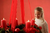 Advent-wreath, hangs, candles, four, burn, girls, cheerfully, smile, semi-portrait, fuzziness, series people child childhood 6-8 years, happily, antic...