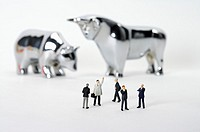 Businessmen figurines in front of bull and bear