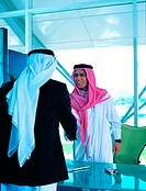 Saudi Arabian businesspeople shaking hands (thumbnail)