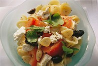Greek pasta salad with tomatoes, sheep´s cheese & olives 2