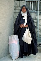 Kurdish refugee who just received a sack of clothes from Save the children, Iraque 1992