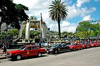 Costa Rica, San JosÚ, downtown, red cabs (thumbnail)