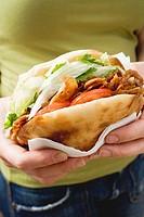 Hands holding a döner kebab