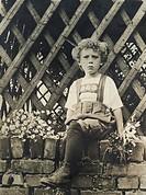 Menschen hist , Kinder, Junge mit Fernglas an der Küste, Deutschland, 1920er Jahre, Mode, Kindermode, 20 Jahrhundert,