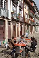 Portugal, Minho, Guimaraes, Praça do Santiago, street cafe