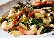 Asparagus salad with shrimps and spinach