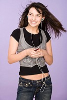 Girl listening to mp3 player (thumbnail)