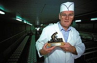 Lutjewinkel cheese factory, Roozing shows the trophy he won at the Alkmaar cheese market
