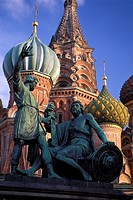 Moscow, st Basilís cathedral and the statue of Minin and Pozharsky