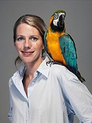 Parrot sitting on woman´s shoulder