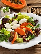 Salad leaves with papaya and goat´s cheese