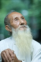 Elderly man in traditional Chinese clothing, looking up, portrait (thumbnail)