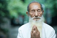Elderly man in traditional Chinese clothing, hands clasped in prayer (thumbnail)