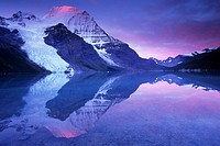 Berg Lake at dawn: the Berg Glacier tumbles down the north face of 3954metre/12969 ft Mount Robson, the highest peak in the Canadian Rockies, Mount Ro...