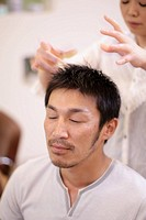 Man having a head massag