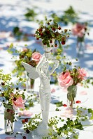 Table decorations: roses, wild strawberries & lady´s mantle