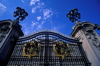 FRONT ENTRANCE GATE. BUCKINGHAM PALACE. LONDON ENGLAND UNITED. KINGDOM