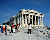 Greece. Athens, Attica, tourism, group of touists with a travel guide stand in front of the Acropolis, temple, UNESCO, Welterbe, Weltkulturerbe, UNESC...