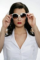 Woman facing camera, man´s hands holding sunglasses