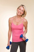 A woman lifting dumbbells (thumbnail)