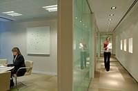 BAKER BOTTS, 41 LOTHBURY, LONDON, EC2 MOORGATE, UK, GENSLER, INTERIOR, LANDSCAPE VIEW OF CORRIDOR WITH MEETING ROOM TO LEFT