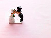 Bride and groom figurine kissing