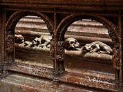 Hochgrab Kaiser Friedrich III. von Gerhaert Niclas van Leyden errichtet 1467_1513, Detail Fabeltiere und Totenschädel