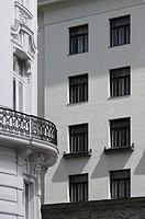 Erbaut 1910_1911 von Adolf Loos, Fassadendetail und historistisches Nachbarhaus