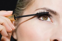 Woman applying mascara (thumbnail)
