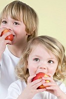 Boy and girl eating apples (thumbnail)