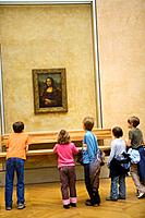Children at Louvre Museum (Paris, France) viewing the ´Mona Lisa´ painting by Leonardo da Vinci