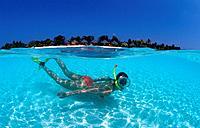 Schnorchelnde Frau vor Malediveninsel Kuredu, Snor, Snorkeling woman near maldives island Kuredu