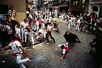 Bull running in the city, Encierro_Mercaderes, Estafeta, Fiesta de San Fermin, Pamplona, Navarra, Spain