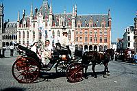 Horse and carriage outside Provincial Court and post office, Markt, Market Place, Bruges, Belgium Date: 02 04 2008 Ref: ZB362_111810_0004 COMPULSORY C...