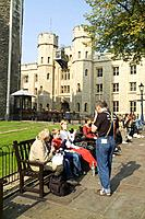 Picnic, Tower of London, London, England Date: 22 04 2008 Ref: ZB693_112626_0006 COMPULSORY CREDIT: World Pictures/Photoshot