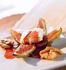 Baked figs with fresh goat´s cheese, walnuts and syrup