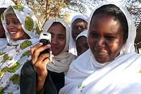 donna con telefonino, dintorni di meroe, nubia, sudan, nord africa