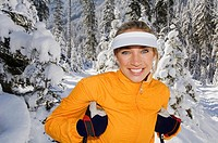 Austria, Salzburger Land, Altenmarkt_Zauchensee, Young woman in snow, smiling, portrait