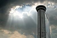 Modernes Gebäude vor Wolken und Himmel