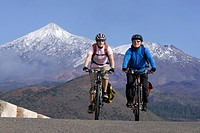 Spain, The Canary Islands, Teneriffa, Couple mountain biking