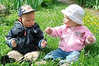 Kinder auf der Blumenwiese2