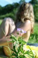 Mädchen hinter Blume