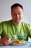 Mann mit Salat
