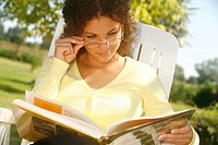WOMAN READING Model.