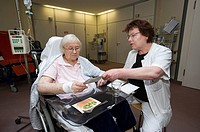 Speech therapist carrying out speech therapy with a patient using an exercise for categorisation