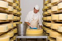 Cheesemaker in a Cheese Factory, Eng_Alm, Hinterriss, Karwendel Mountains, Tyrol, Austria, Europe