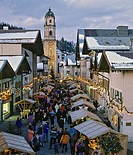 Christmas market in Mittenwald, Pfarrkirche, St. Peter and Paul Parish Church, Upper Bavaria, Bavaria, Germany