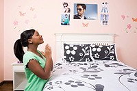 Girl praying in her bedroom (thumbnail)